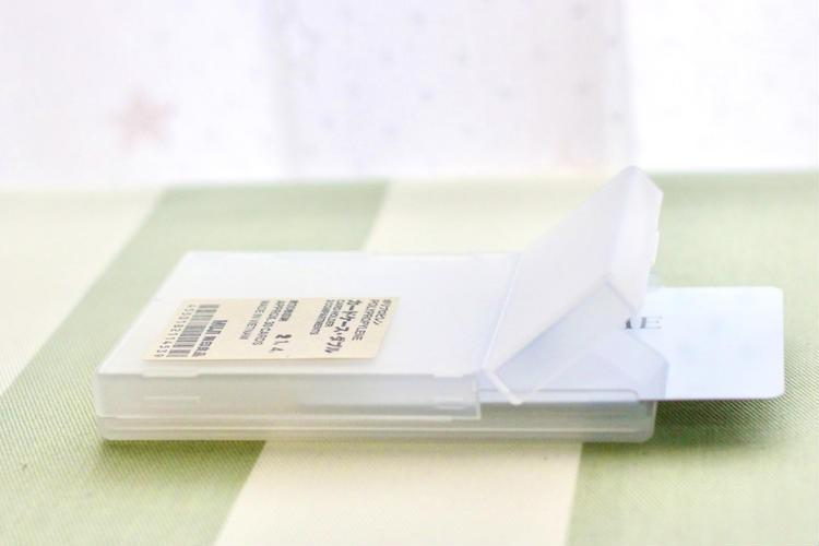 フタを開けて横から見たカードケースの写真