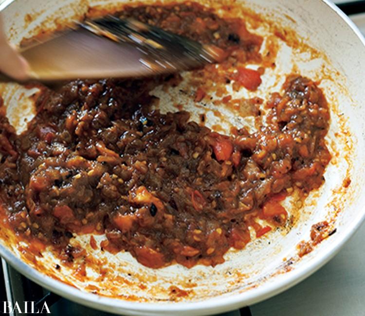 トマトを加え、くずれてペースト状になるまで約2分炒める