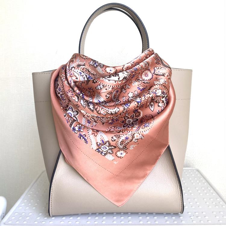 【ユニクロ小物アレンジ】スカーフをバッグに結ぶ方法3選_3