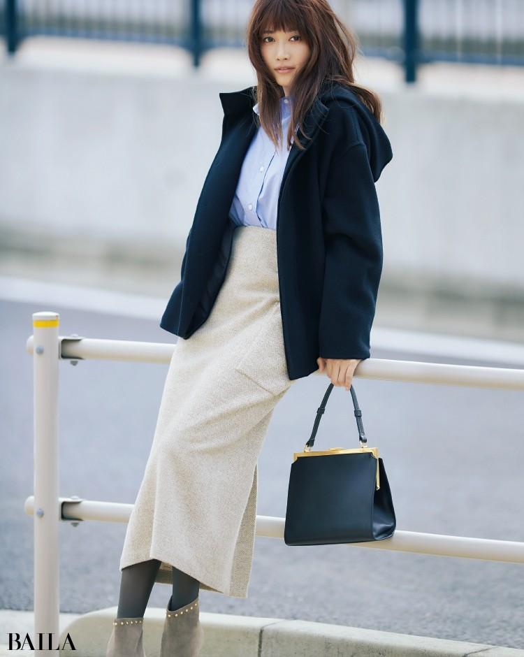 ブルーシャツのお仕事スタイルには、すっきりシルエットのバッグを