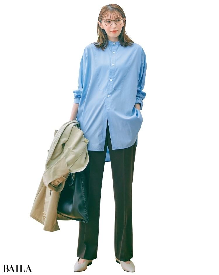 美脚パンツと淡ブルー×ブラウンの好印象配色コーデの宮田聡子