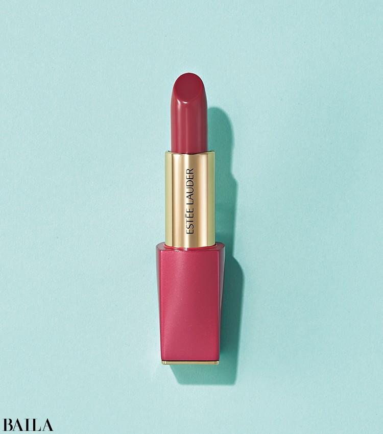 ブランドが掲げる女性像を表現するアイコニックなリップが、特別な装いで登場。ピュア カラー エンヴィ リップスティック 420 ¥4400/エスティ ローダー(限定品)