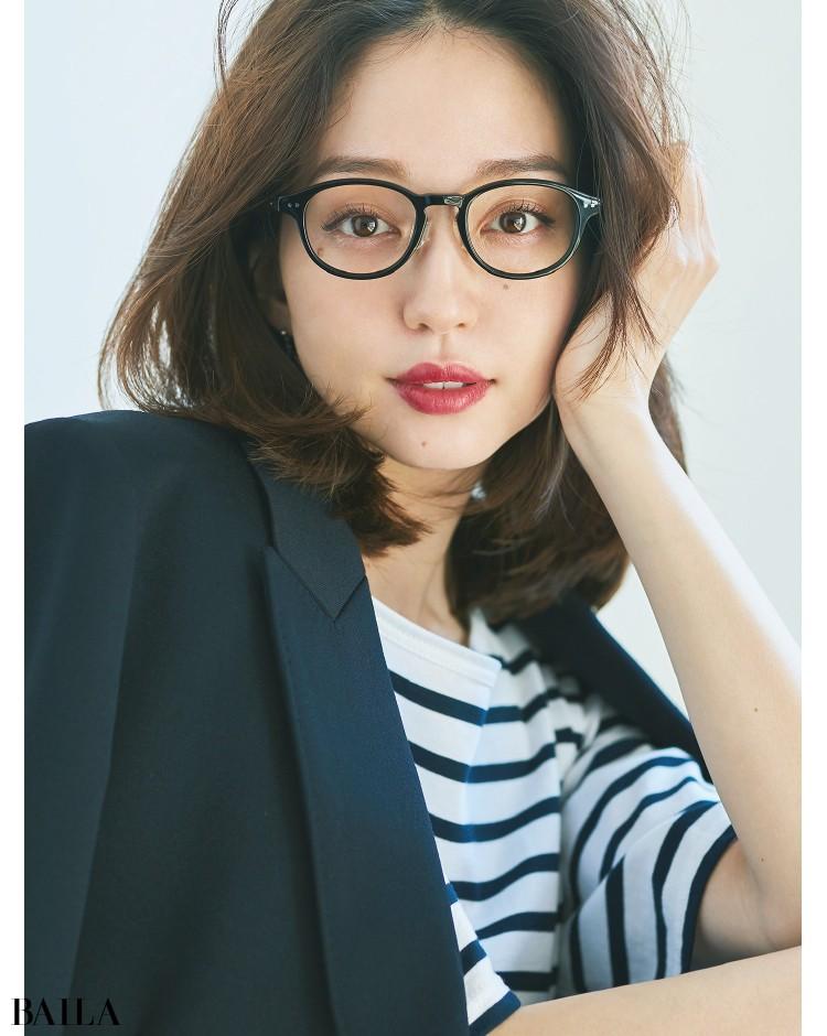セルフレームのメガネをかけた松島 花