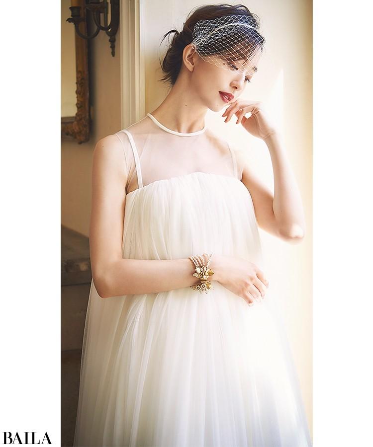 エンパイアシルエットのインナードレスをチュール