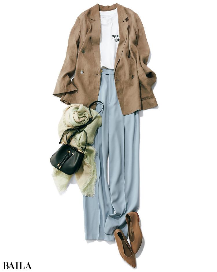 太めのテーパードパンツとロゴTに薄手のジャケットを重ねたコーデ