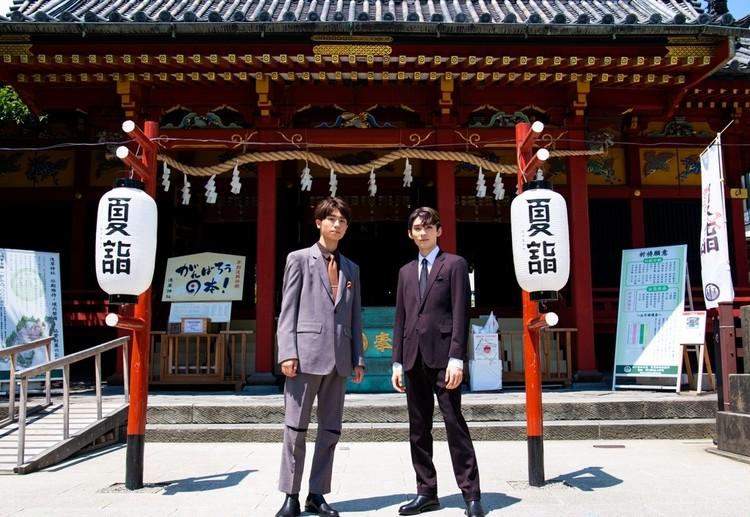 浅草神社を参拝する市川染五郎と市川團子