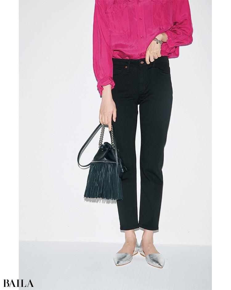 黒パンツ×ピンクシャツ下半身