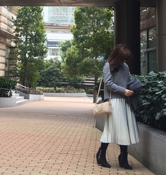【#OOTD】新人K嬢は、美シルエットなプリーツスカートで気分上々♪_1