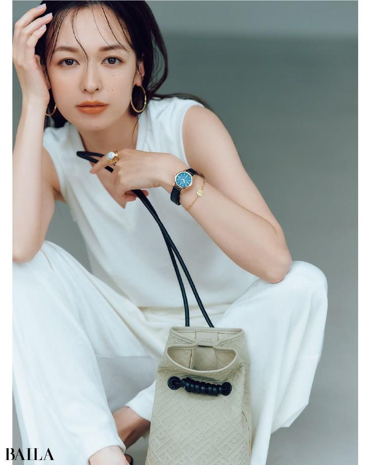 スマートな時計にオリエンタルなリングとブレスをMIXしたコーデの森絵梨佳