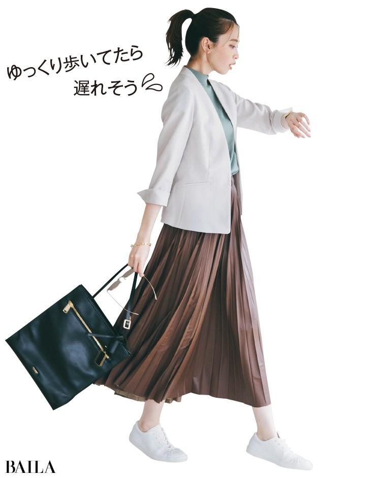シンプルなレザースニーカーとジャケットコーデの宮田聡子
