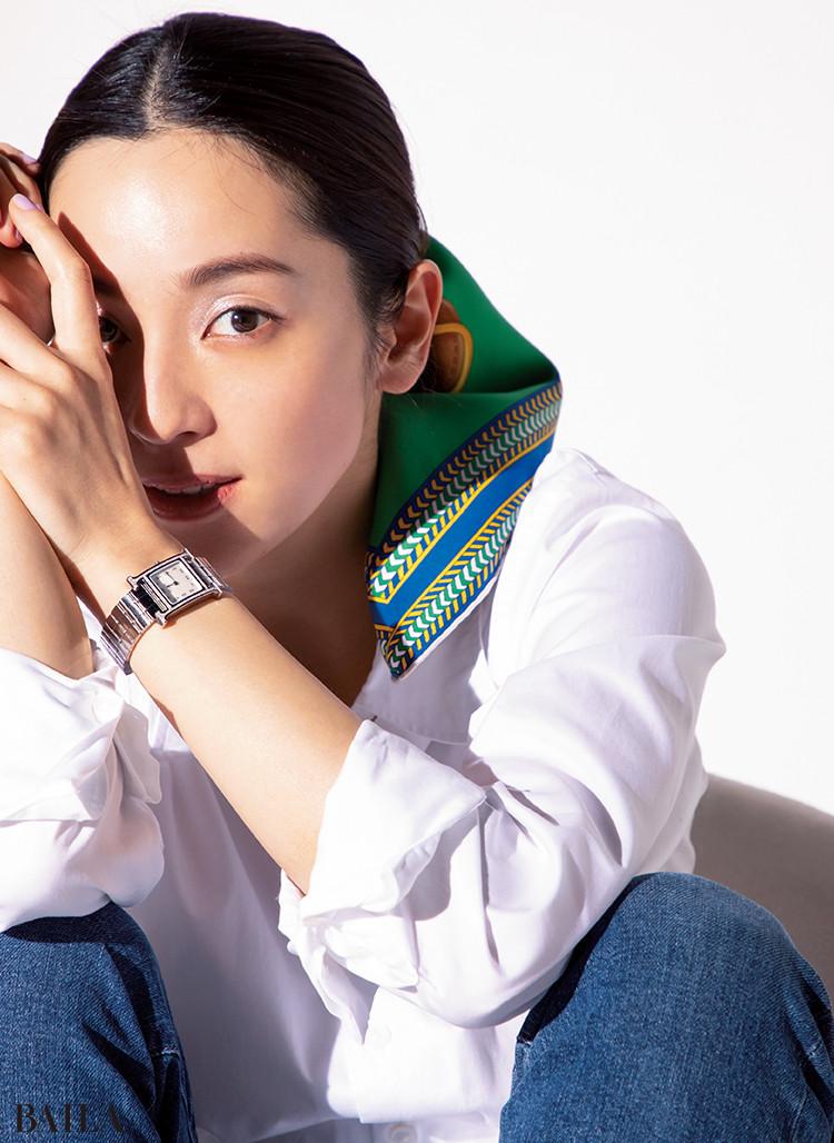 中村アン スカーフ「セル・デ・ステップ」¥52000・時計「Hウォッチ」¥612000/エルメスジャポン(エルメス)
