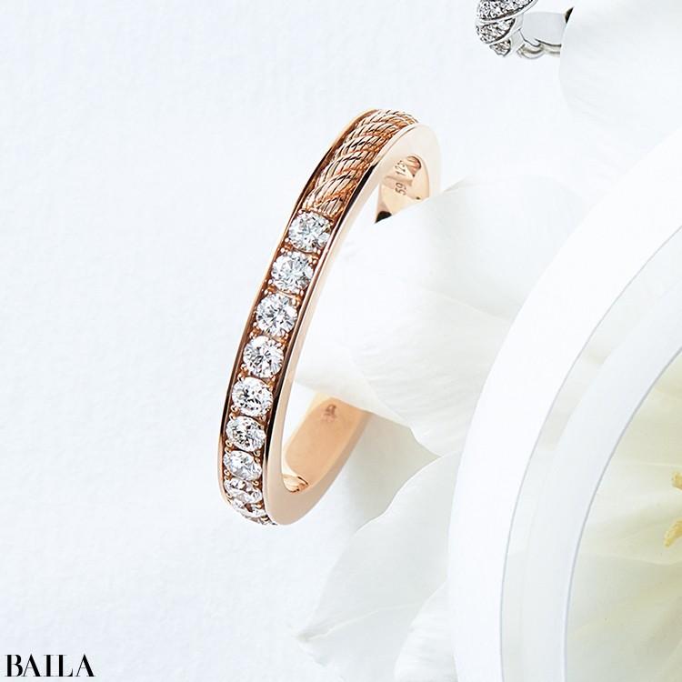 ケーブルモチーフとパヴェダイヤモンドの二つを組み合わせたモダンなデザインが魅力