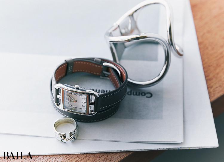 加藤かすみさんの私物 バレンシアガのバングルとエルメスの時計とリング