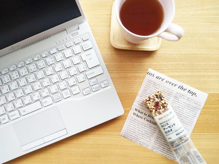 パソコンと紅茶とナッツバー