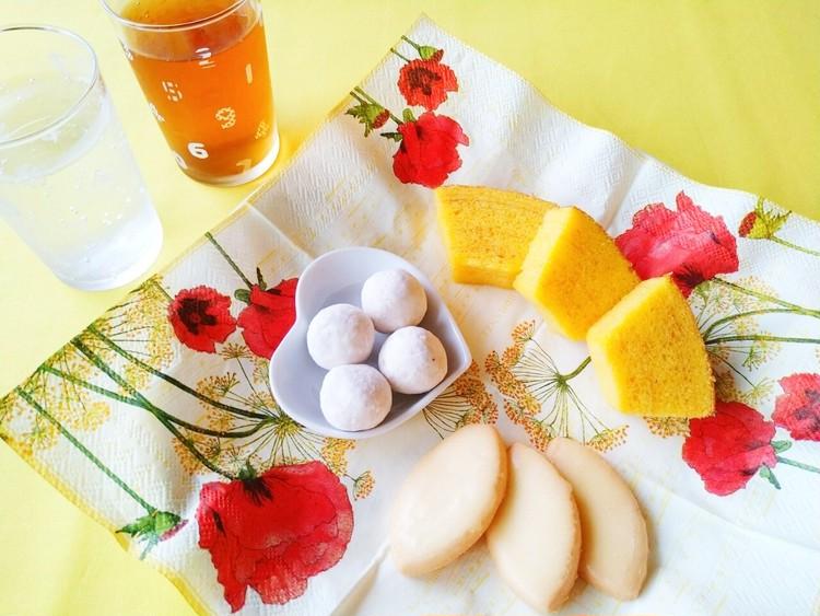 お皿に盛り合わせたレモンのお菓子