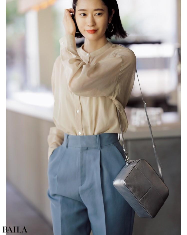 デザインはシンプル、ほのかな透け感で女らしさを底上げするバンドカラーシアーシャツ
