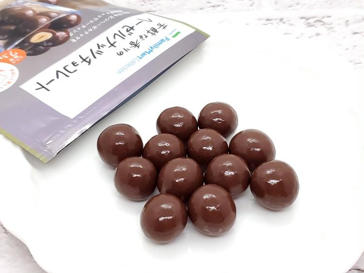 芳醇な香りのヘーゼルナッツチョコレートを袋から出したところ
