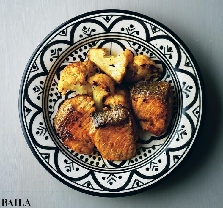 食材にスパイスをからめてこんがり焼くだけ!《カリフラワーとサーモンのスパイス焼き 》