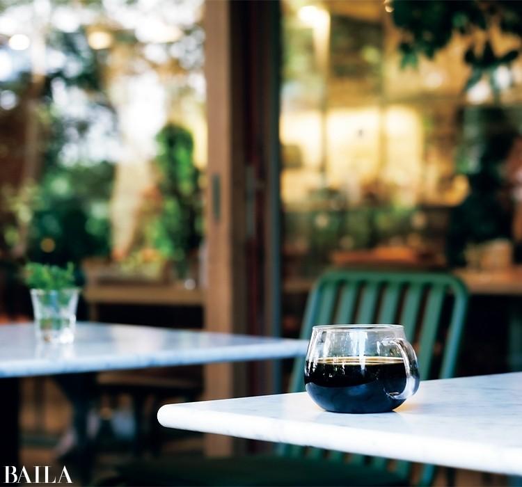 【珈琲】  最もポピュラーな嗜好飲料であり、今では家庭で豆をひいてコーヒーをいれる人も多くなった。精神的休息として飲まれることが多い