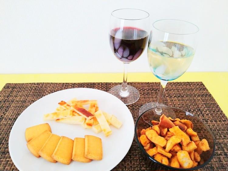 ワインと無印良品のチーズのお菓子