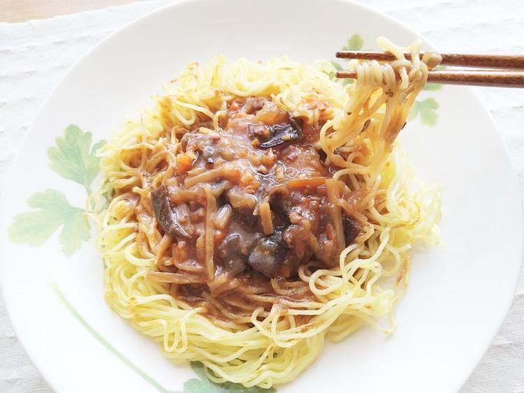 焼きそばの麺にかけた酸辣湯