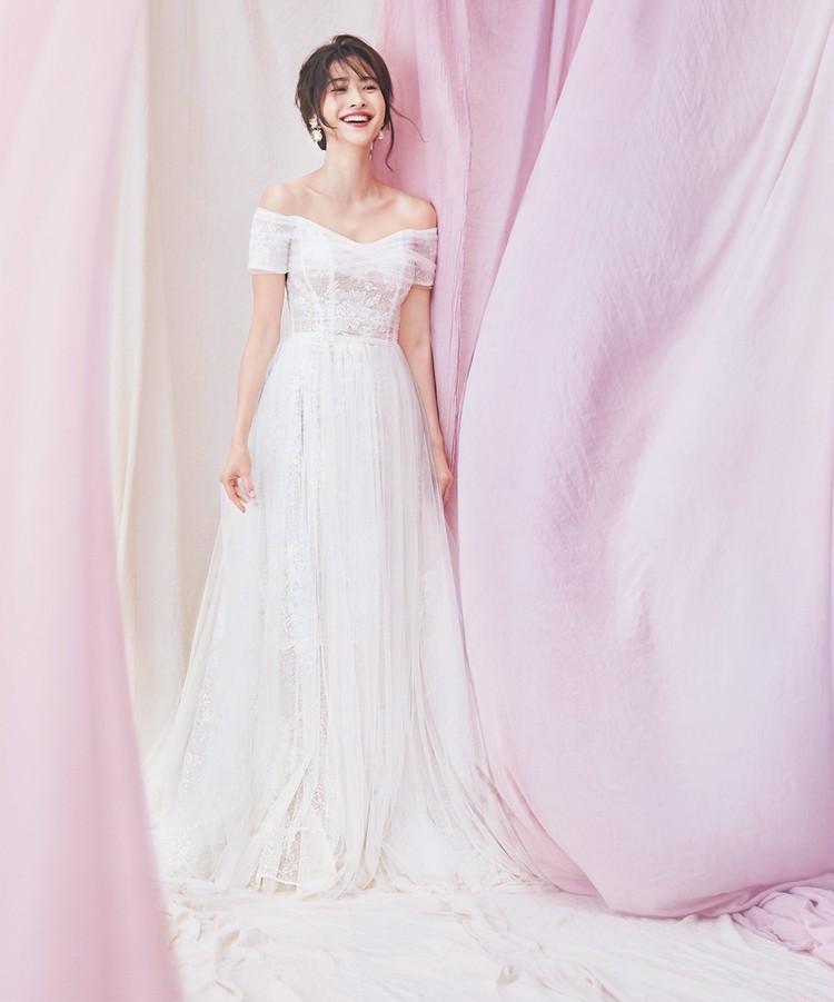 デコルテの美しさを強調するオフショルダードレスはきめ細かなチュールが決め手