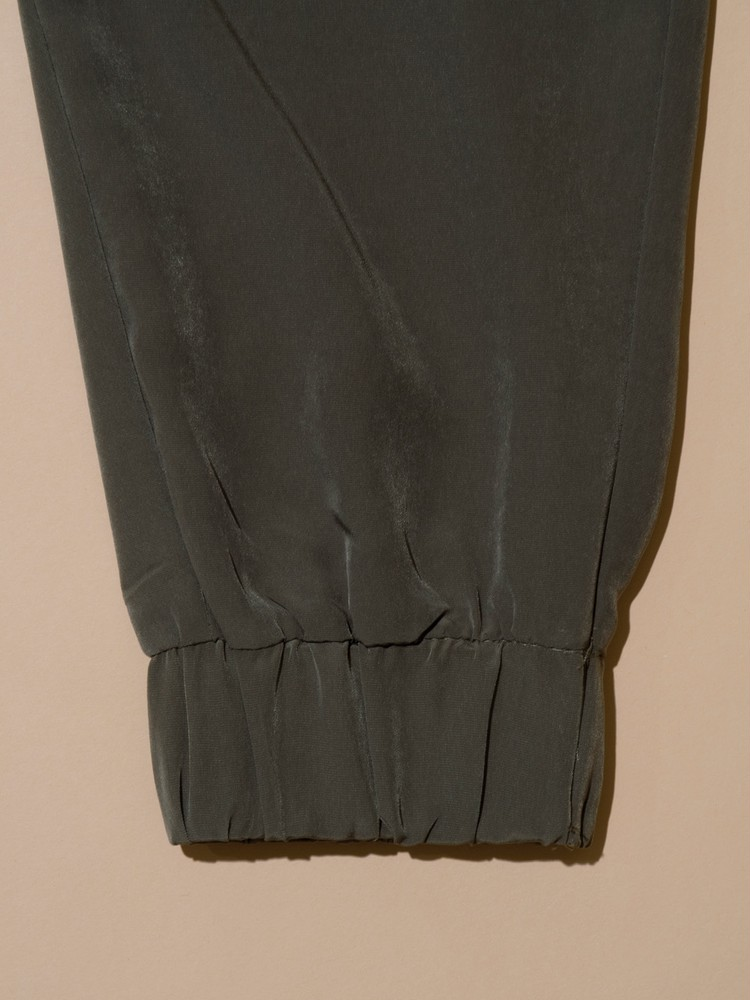 ZARAハイウエストパンツの裾絞り部分