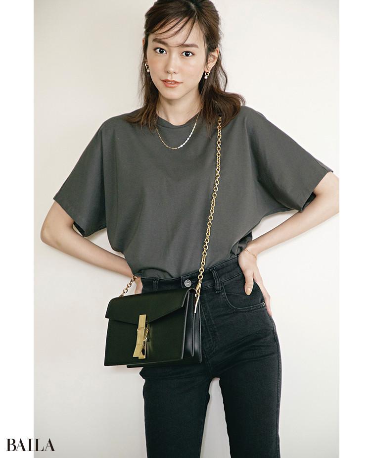 カーキグレーTシャツは質感きれいめで「×黒」をセンスよく