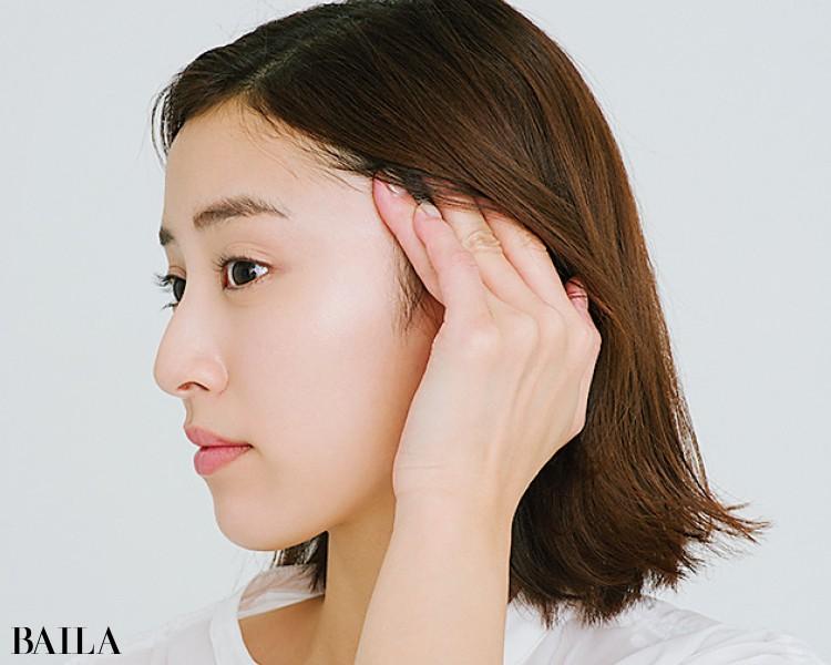 頭皮や耳を引き上げて、ほうれい線が消えるポイントを探る
