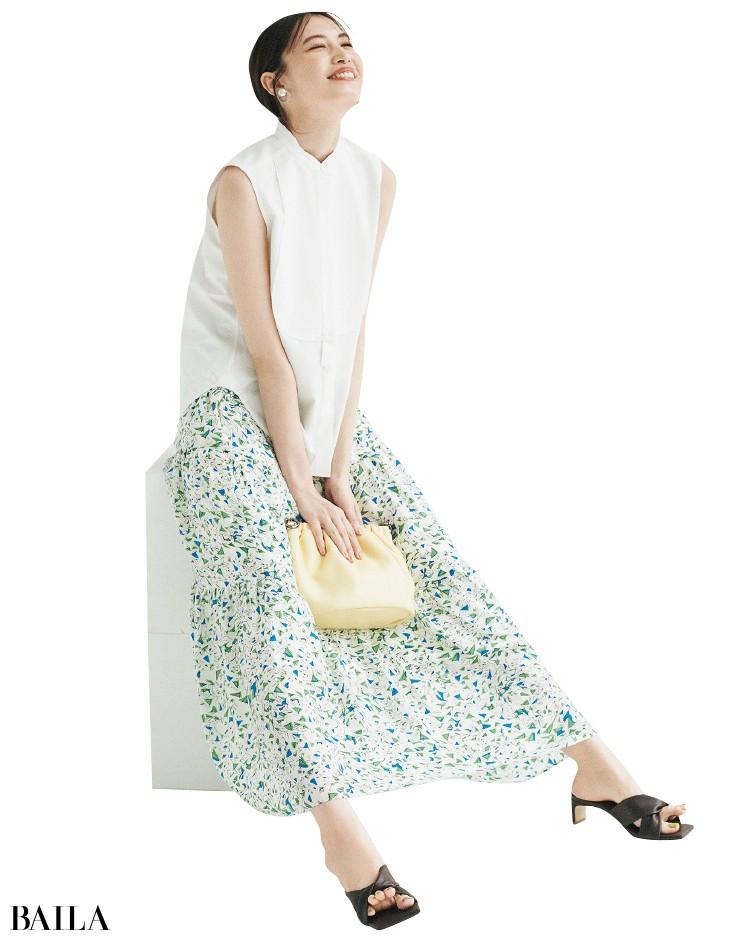 サクラのスカートとノースリーブシャツコーデの宮田聡子