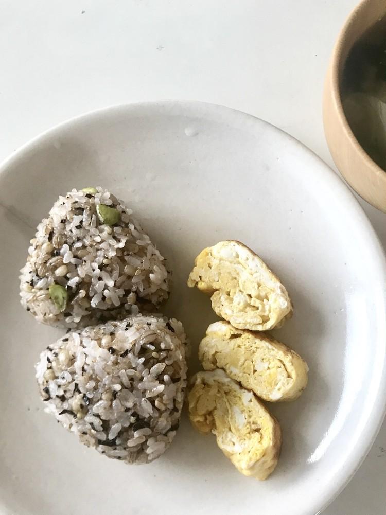 無印良品の冷凍食品「もち麦ごはんの枝豆塩昆布おにぎり」実食感想(おいしい)