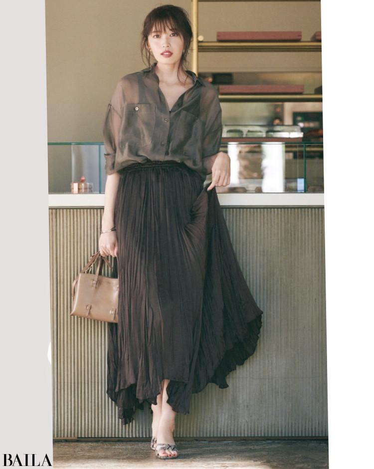 透けシャツとコーディネート。シックなワントーンできれいな色気を意識