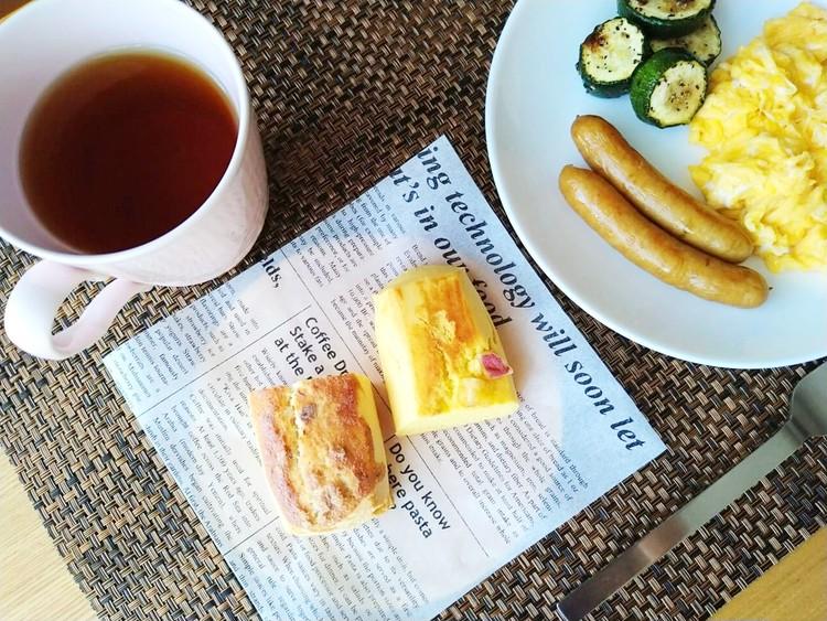 朝食と並べたマロンスコーンとさつまいもスコーン