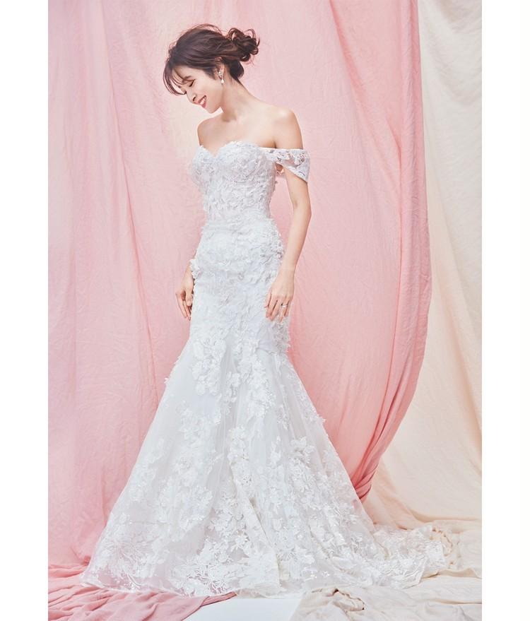 大人の女らしさと可愛げが備わった、すべての人を惹きつける夢のドレス