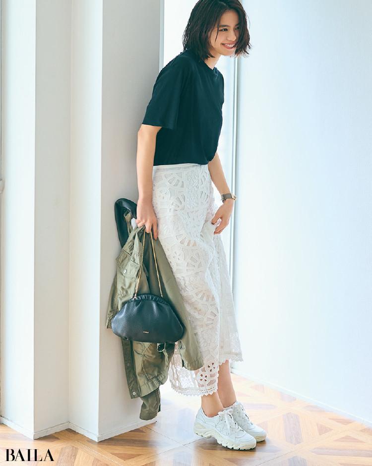 フェミニンなレーススカートと黒Tシャツコーデの佐藤晴美