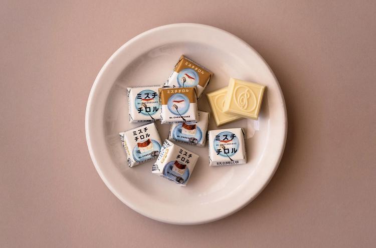【セブン-イレブン × ミスターチーズケーキ(Mr.CHEESECAKE)】コラボアイスが超話題、カップ&ワッフルコーンの2種類が登場 チロルチョコ「ミスチチロル」も好評発売中