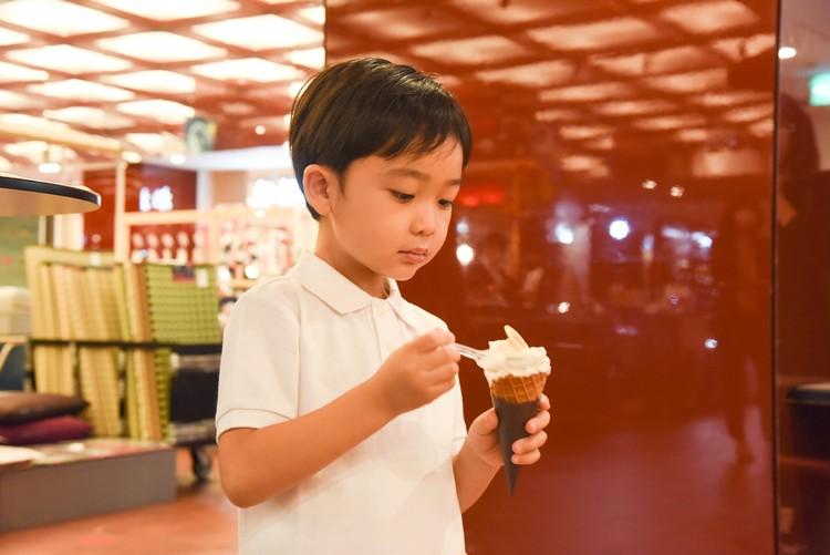 ソフトクリームを食べる歌舞伎の子役 小川大晴くん