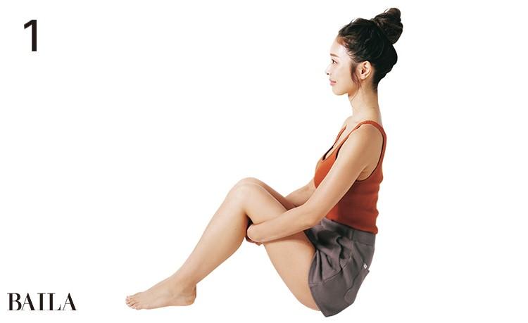 1.床に座って背すじを伸ばし、お尻の割れ目に丸めたハンドタオルを挟む