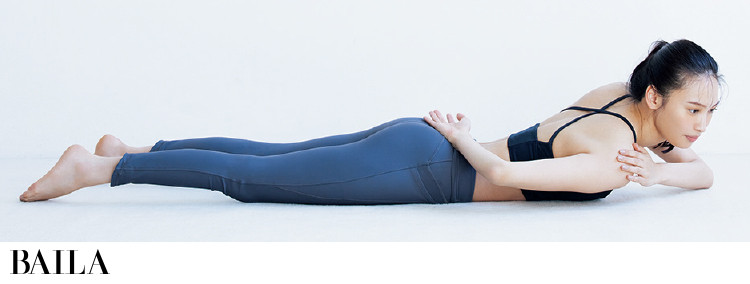 うつぶせの状態で右腕をお尻の上に置き、左手を右肩にのせる