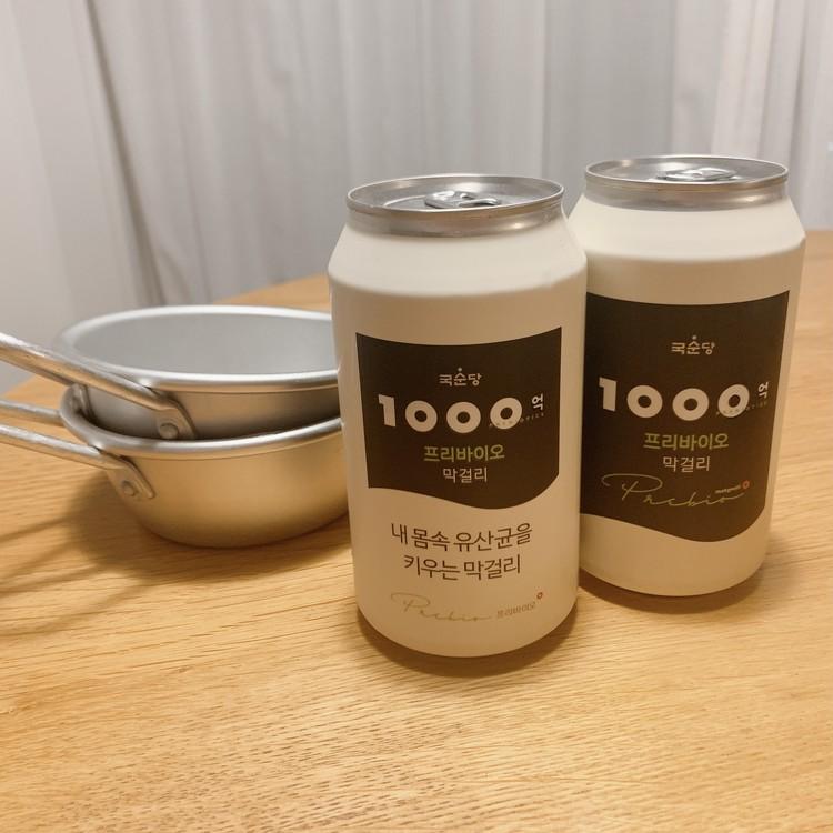 麹醇堂1000億プリバイオマッコリ、350ml入りの缶と松野屋のアルマイト手付きマッコリカップ。