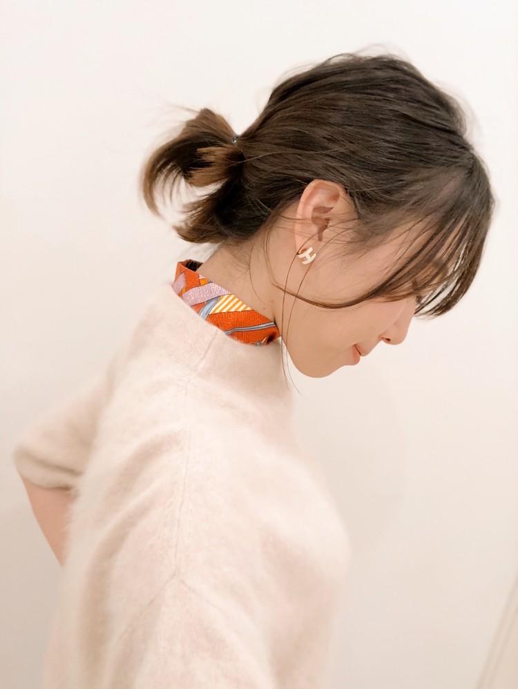 HERMESのツイリーは、細いタイプで首もとに巻くのに便利