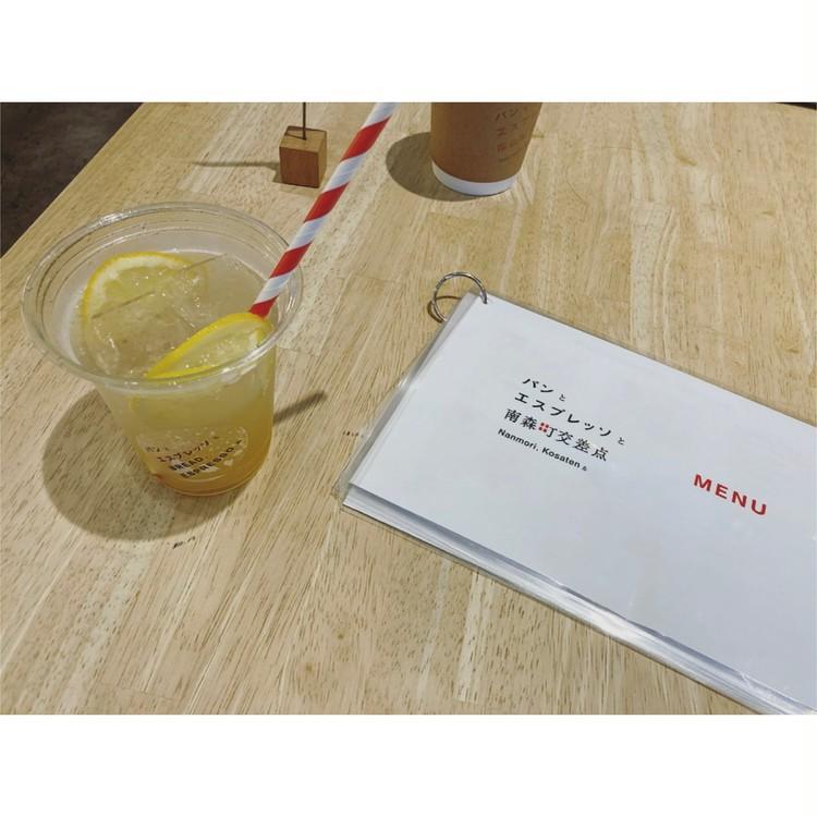 【つる太パンツ+白スニーカーで大人カジュアルなお散歩コーデ】_1