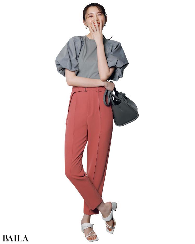 大胆な袖コントップスと華やかピンクでパッと絵になる装いに