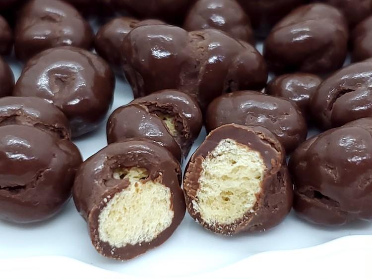 サクサク食感のソイパフチョコレートの断面