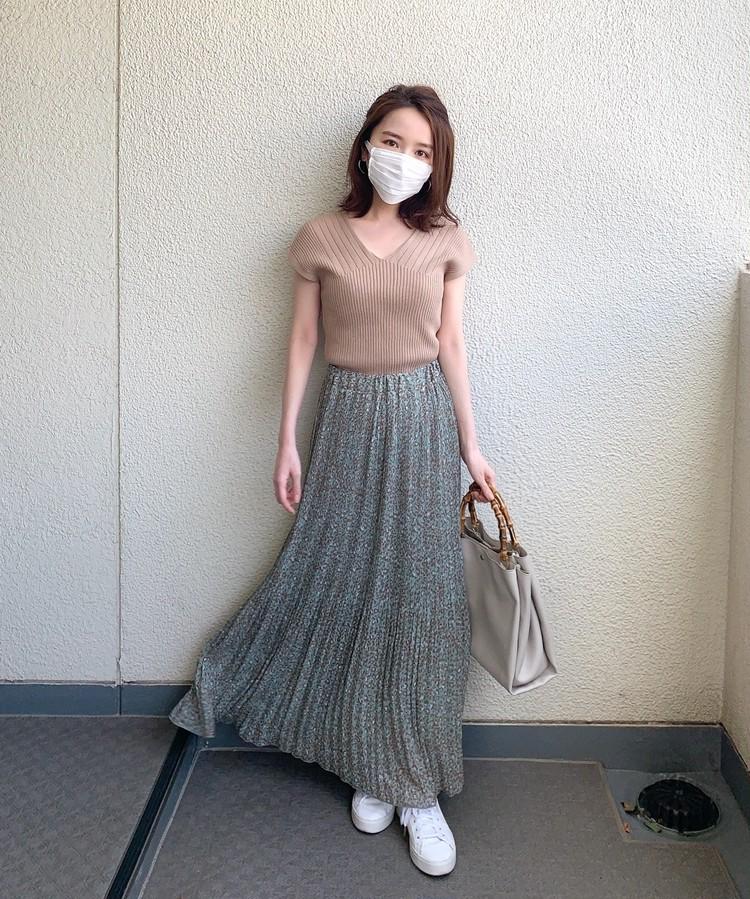 マスクの日の好印象コーデ 3.着こなしが盛り上がるプリントスカートを主役に