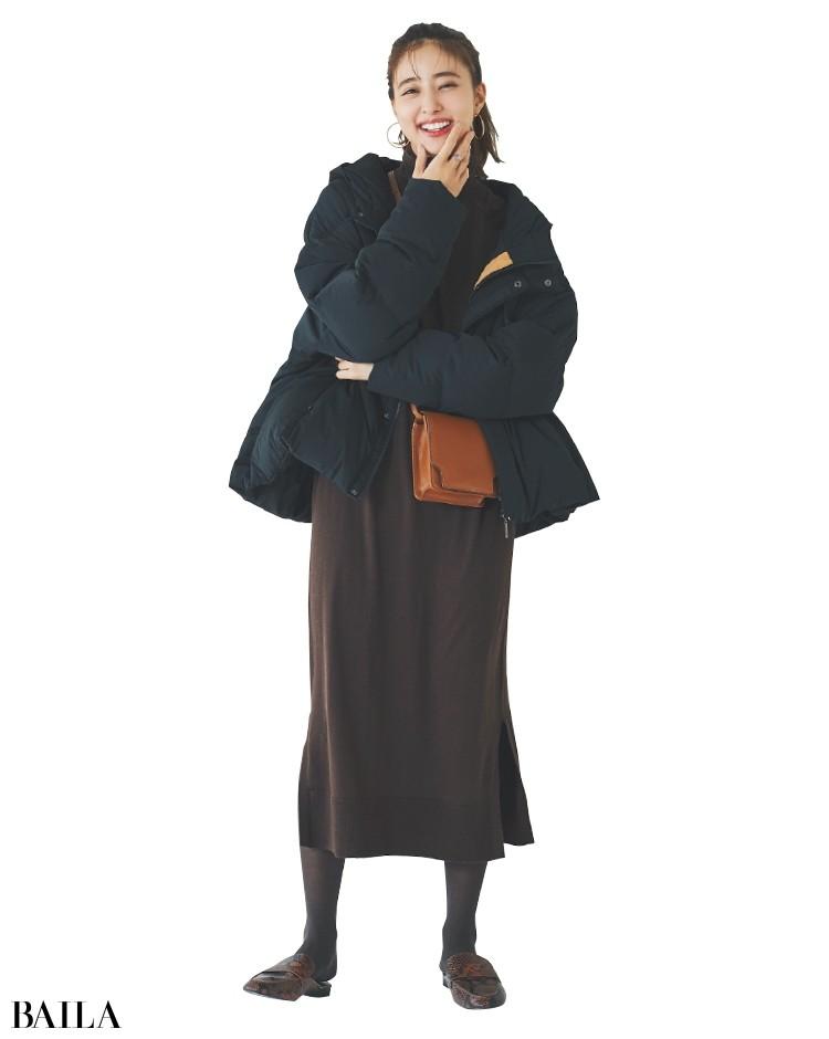 どんなトレンドも受け止めてくれる黒のダウン。ニットワンピや柄靴も積極的に取り入れられる。