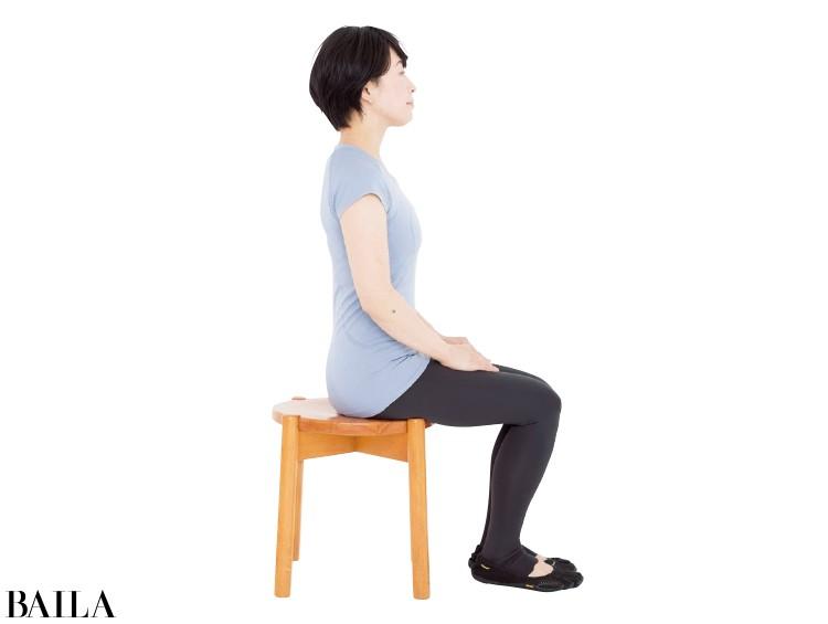 骨盤を立て、背すじを伸ばし、背もたれのない椅子に浅く座る。ももとひざ、足を閉じ、ピタリとそろえて。