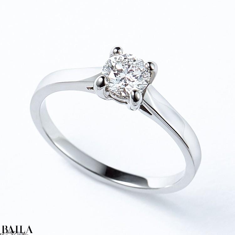 立て爪のリングはタイムレスな存在。純粋なエレガンスをその指先に