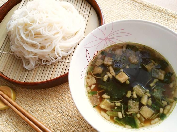 そうめんと並べた揚げ茄子と豚肉の生姜スープ