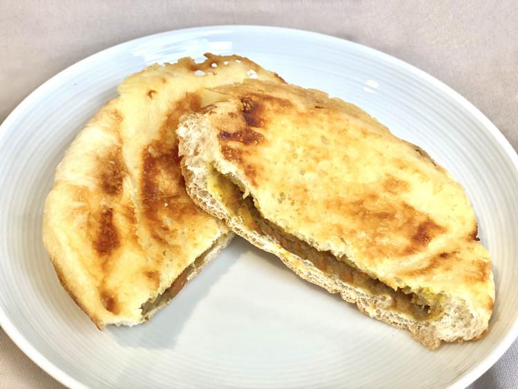 羽根つきチーズの焼きカレーパンの断面図